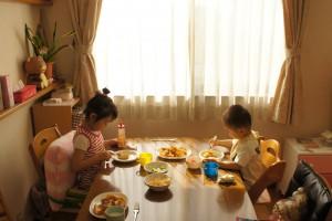 子どもたちの朝食シーン